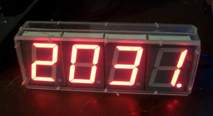 Часы на больших индикаторах -